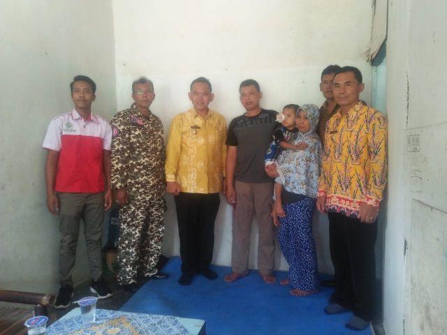 Wakil Bupati Pringsewu Serahkan Bantuan Sosial  Kepada Penderita Tumor